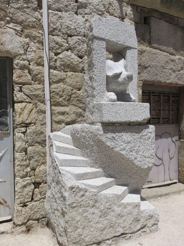 U porcu di cuscio, granit, ht. 150 cm., Quenza