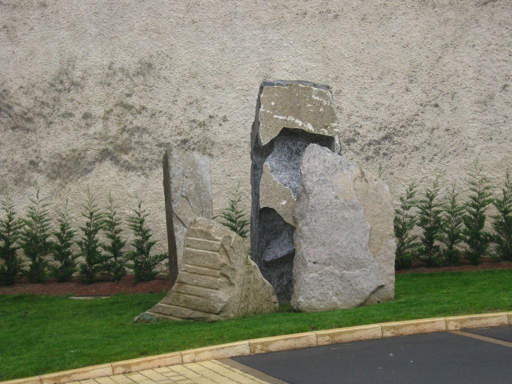 A l'écoute, Les Menhirs de l'Europe, Granit et Pierre Bleue, 300x340x300, Launstroff