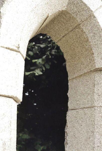 Passage, Granit de Compeix, 110x65x230, St. Maur