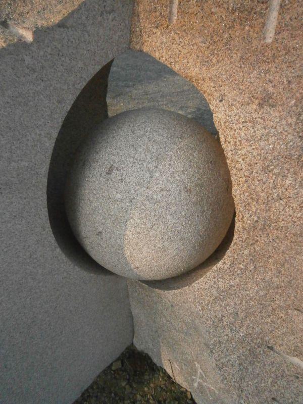 Eclosion, granit, ht. 100 cm., St. Plantaire