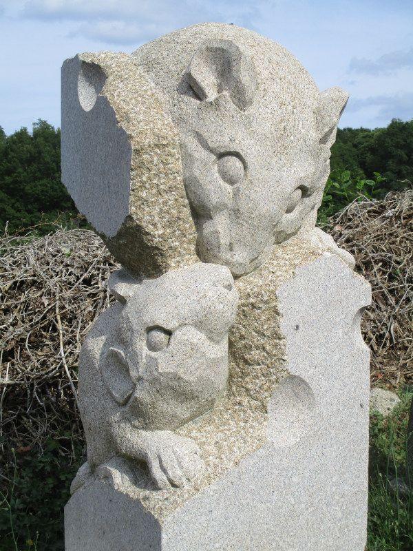 Symposium Masgot, granit, 40x40x100, Masgot